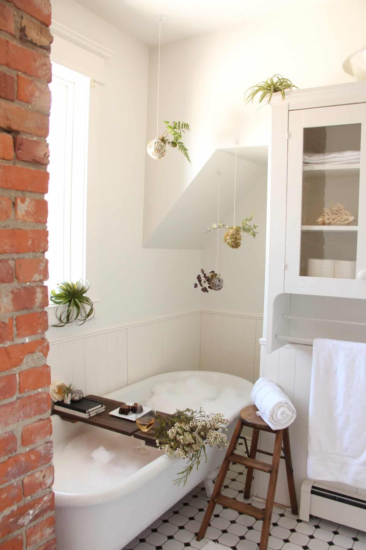 The perfect bubble bath how to create a relaxing bath for Creating a spa bathroom