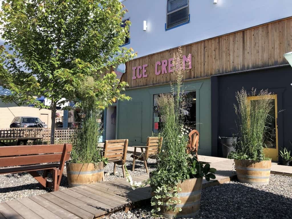 pink rock ice cream shop - armstrong - planters with ornamental grasses and strawberries